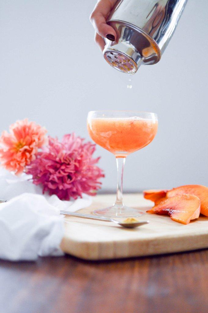 Bellini cocktail à la pêche comme la couleur Pantone de 2019