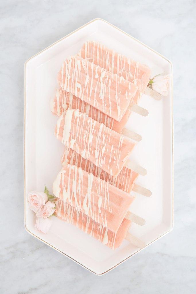 Bâtonnets glacés à la pêche et chocolat blanc couleur corail comme la couleur Pantone de 2019
