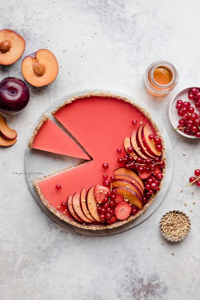 Tarte sucrée aux prunes couleur corail comme la couleur Pantone de 2019